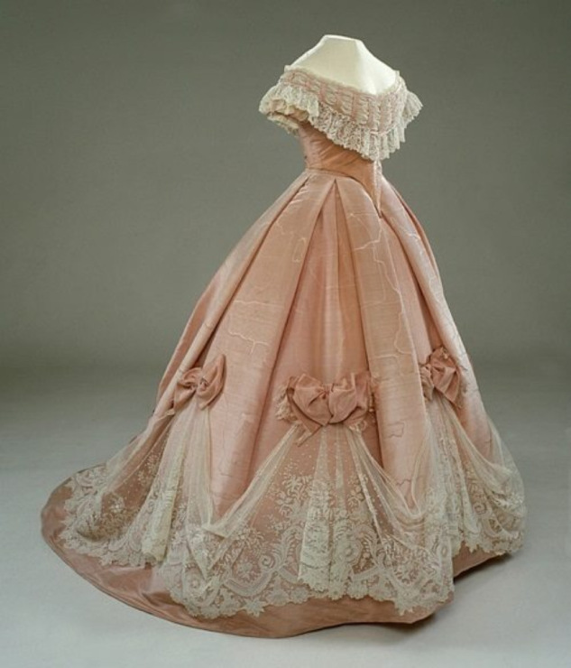 Старинные платья с корсетом и пышной юбкой