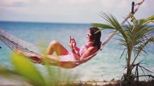 Девушка в гамаке на пляже
