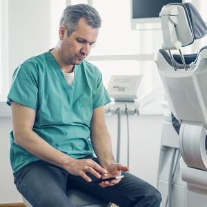 Стоматолог с телефоном